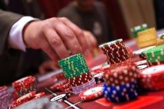 Speler die spaanders plaatsen op een het gokken lijst in casino Stock Afbeelding