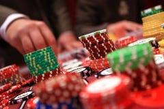 Speler die spaanders plaatsen op een het gokken lijst in casino Stock Fotografie