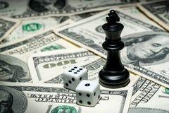 Speler van schaak op dollarachtergrond Stock Afbeeldingen