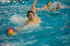 Spelers in actie bij een water-polo stock afbeelding