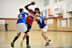 Spelers in actie bij Roemeens Handbal Nationaal Kampioenschap royalty-vrije stock foto