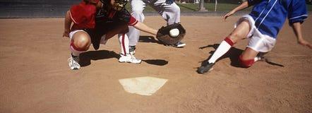 Spelers die Honkbal op Gebied spelen stock afbeelding