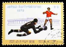 Spelers en Stadion, Socialistische Landen 'Junior Friendship Football Tournament serie, circa 1975 stock foto