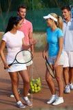 Spelers van het tennis troffen voor gemengde dubbelen voorbereidingen Stock Foto's