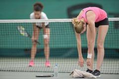2 spelers van het vrouwentennis op hof royalty-vrije stock fotografie