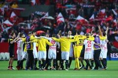 Spelers van Sevilla FC verzamelden zich in energiecirkel vierend de overwinning stock fotografie