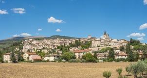 Spello, один из самого красивого маленького города в Италии Горизонт деревни от земли Стоковое фото RF