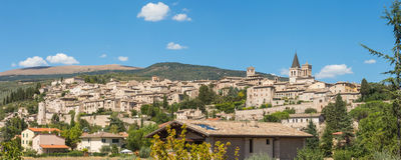 Spello, один из самого красивого маленького города в Италии Горизонт деревни от земли Стоковые Изображения