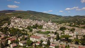 Spello, un de la petite ville la plus belle en Italie Vue aérienne de bourdon du village clips vidéos