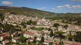 Spello, un de la petite ville la plus belle en Italie Vue aérienne de bourdon du village banque de vidéos