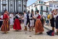 Spelmän och dansare som utför på Avenidaen Arriaga i Funchal på madeiraön, Portugal Arkivfoto