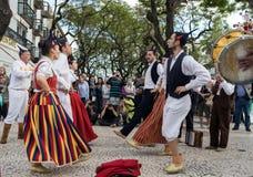 Spelmän och dansare som utför på Avenidaen Arriaga i Funchal på madeiraön, Portugal Royaltyfri Foto