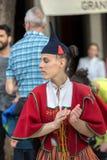 Spelmän och dansare som utför på Avenidaen Arriaga i Funchal på madeiraön, Portugal Royaltyfri Bild