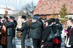 Spelmän på vintern som avslutar Transylvanian den traditionella karnevalet royaltyfri bild