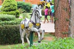 Spelpaard in de tuin Royalty-vrije Stock Foto's