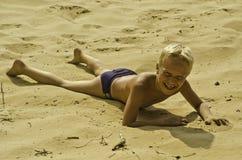 Spelrum för ett barn på sanden. Royaltyfri Bild