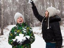 Spelrum kastar snöboll Arkivfoto