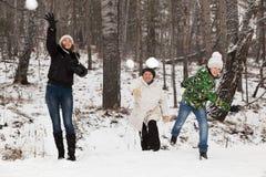 Spelrum kastar snöboll Arkivbild