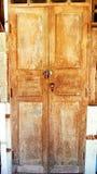spelrum med lampa Textur med gamla, lantliga och bruna dörrplankor Arkivbilder