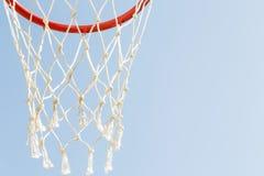 Spelsporten, competities Teamsporten, openluchtvrije tijd, actieve recreatie, vermaak Basketbalhoepel met netto tegen blauw stock foto
