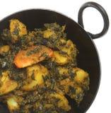spenat för sjunkande för potatis för aloocurry indisk royaltyfri bild