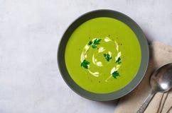 Spenatsoppa i en bunke, bästa sikt, vegetarisk mat, sunt äta Fotografering för Bildbyråer