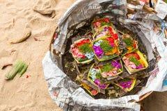 Spenden opfern während Melasti-Rituals Zeremonie wird am Rand des Strandes mit dem Ziel gehalten, um sich des ganzes Schlechten z Lizenzfreie Stockfotos