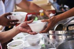 Spenden Sie Lebensmittel zum Bettler Weißer Knopf auf blauem Hintergrund in der flachen Design-Art stockbild