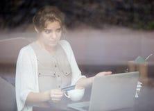 Spendendo o soldi persi per acquisto online Sparato attraverso la finestra Immagini Stock