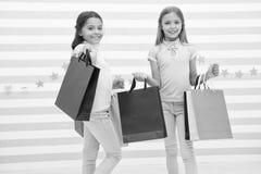 Spendera stor tid tillsammans Barn tillfredsst?llde att shoppa randig bakgrund Hems?kt med att shoppa och att bekl?da gallerior arkivbilder