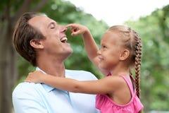 Spendera tid med dottern royaltyfria bilder