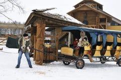 spenderar den lyckliga ridningen för vagnsfamilj tidvinter Royaltyfri Fotografi
