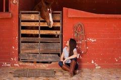 Spendere tempo con il mio cavallo Fotografie Stock Libere da Diritti