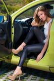 Spenslig härlig bilchaufför bak hjulet Royaltyfria Bilder
