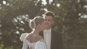 Spenslig ung brud som cirklar parkera, och kyssar lager videofilmer