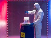Sperimentando con le bio- sostanze dei rifiuti pericolosi immagini stock