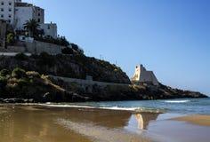 Sperlonga, piękna piaskowata plaża z widokiem sławny Średniowieczny Truglia wierza, Latina prowincja w południowym Lazio Włochy Obrazy Stock