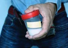 Sperme en gros plan dans la main gauche de l'homme asiatique dans la salle de bains Photo libre de droits