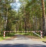 Sperre, die Straße im Holz blockt Stockfotos