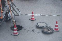 Sperre für Straßenarbeiten über Abwasserkanal für Kanal arbeitet Lizenzfreie Stockbilder
