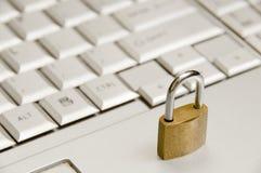 Sperren Sie über eine Laptoptastatur Lizenzfreie Stockfotos