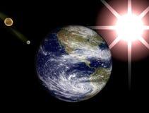 Sperren Sie Ansicht, Erde, Mond und Sonne Stockfotografie