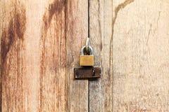 Sperren Sie auf alte hölzerne Tür Lizenzfreie Stockfotografie