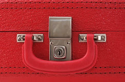 Sperren Sie auf einen roten Koffer Stockfotos