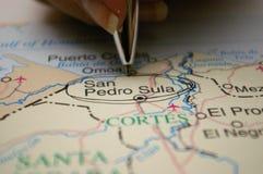 Sperren Sie das Zeigen auf eine Karte einer Honduras-Stadt San Pedro Sula ein stockfotografie