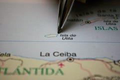 Sperren Sie das Zeigen auf eine Karte von einer Honduras-Insel Utila ein stockfotos