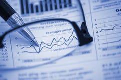 Sperren Sie das Zeigen des Diagramms auf Finanzreport ein Lizenzfreies Stockbild