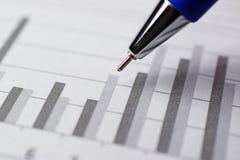 Sperren Sie das Zeigen des Diagramms auf Finanzreport/Zeitschrift ein Lizenzfreie Stockfotos