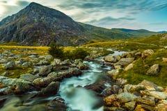 Sperren Sie Jahr Ole Wen und Gebirgsstrom in Nationalpark Wales Snowdonia ein Lizenzfreies Stockbild