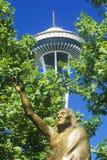 Sperren Sie Nadel mit Statue des Leiters Seattle an der Ansiedlung in Seattle, WA gegen blauen Himmel Stockbilder
